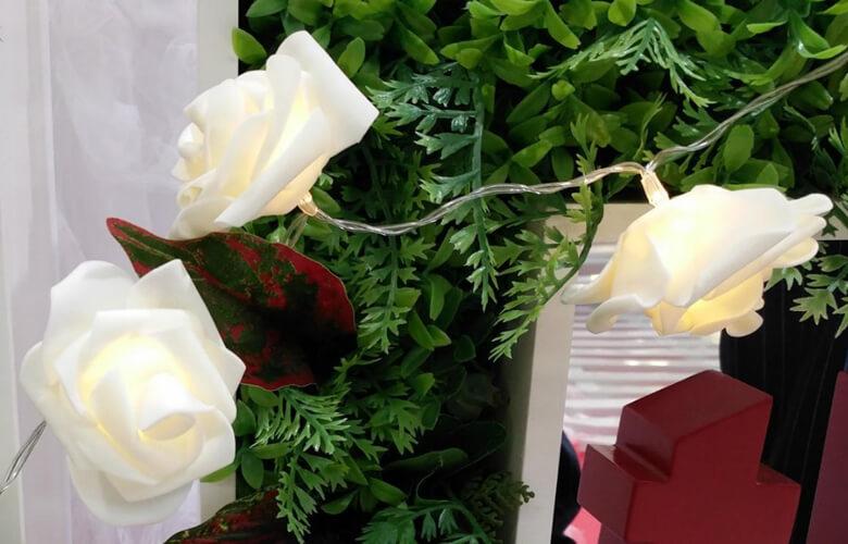 クリスマス以外も玄関先で癒される白バラのイルミネーション!常用灯にもおススメ!